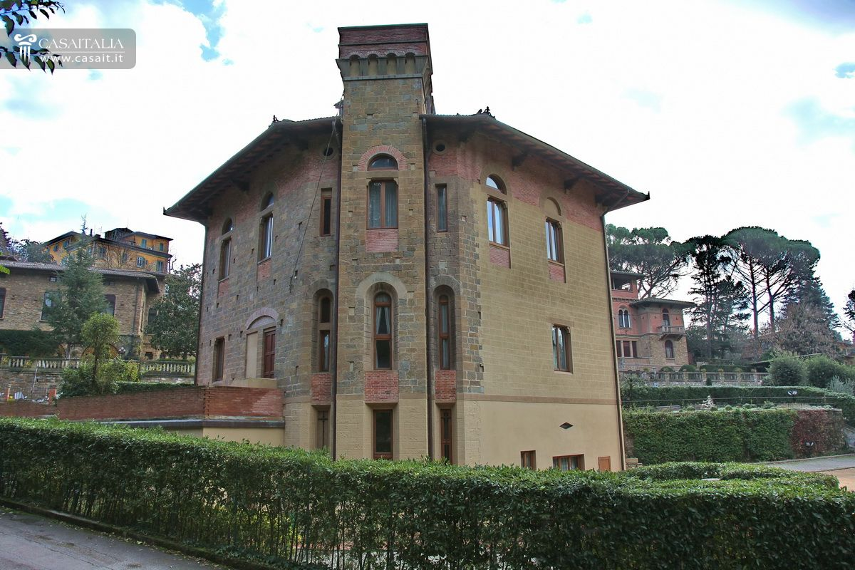 Villa for sale in Florence with garden and car park