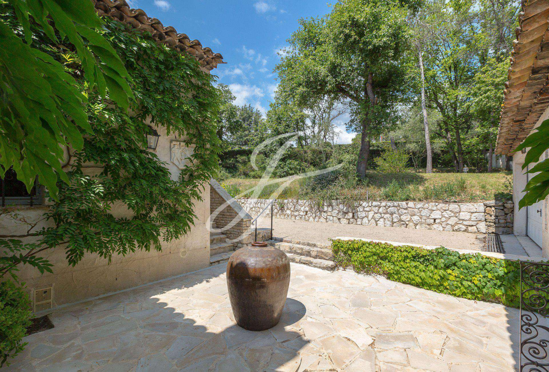 VILLA IN SEASONAL RENTAL VALBONNE