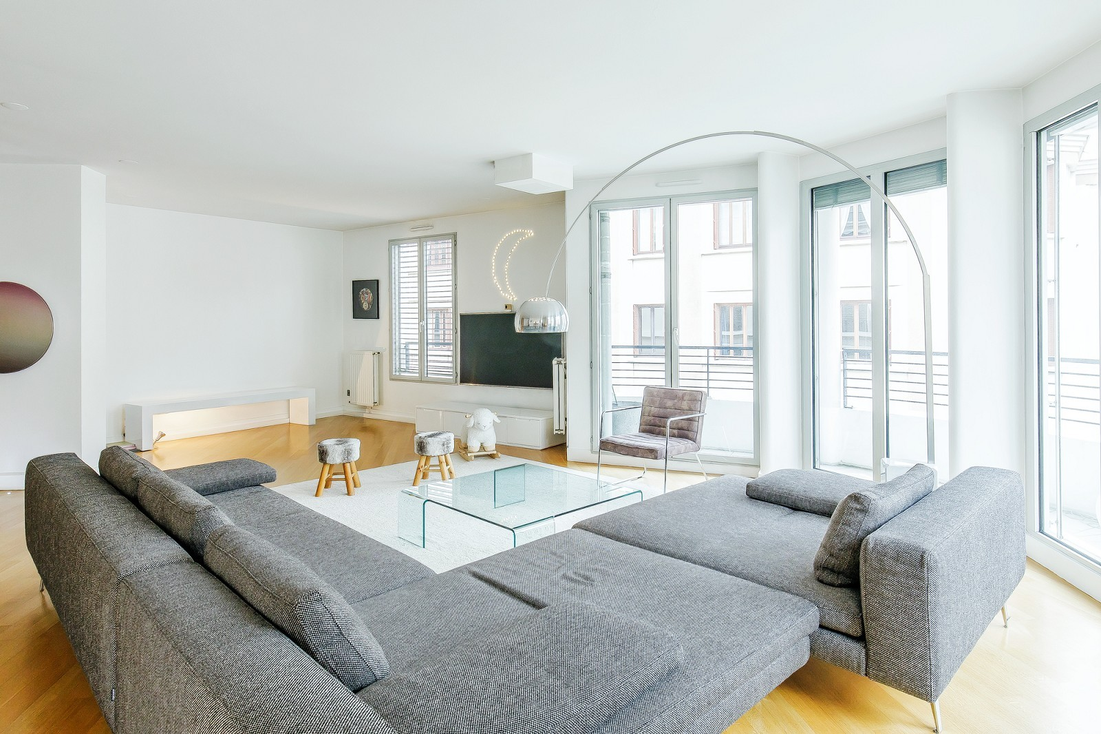 EXCLUSIVE RIGHTS - LYON 6 -  APARTMENT OF 1,754 SQ. FT - 4 BEDROOMS -  DOUBLE GARAGE