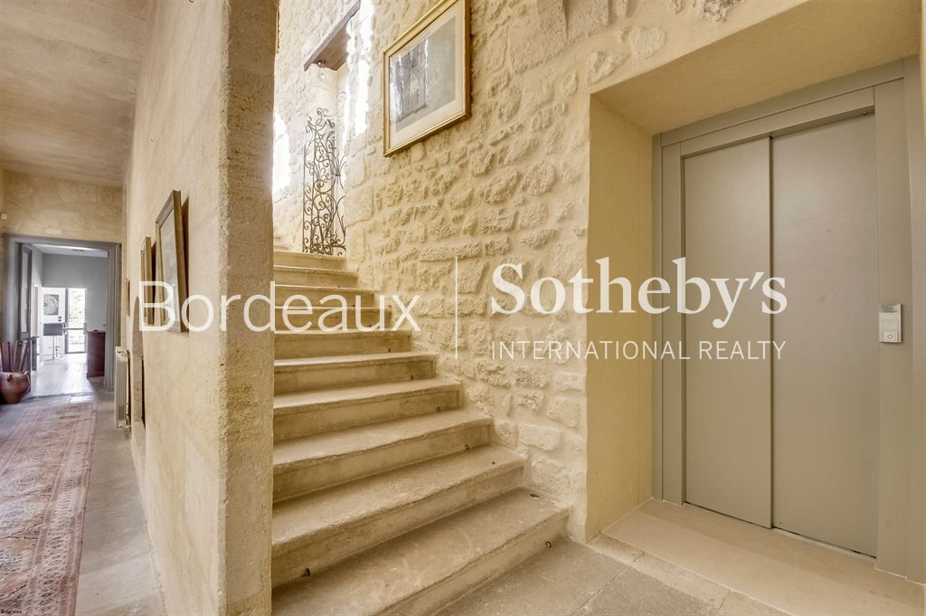 BORDEAUX CHARTRONS - FORMER WINERY TURNED INTO A STUNNING PRIVATE TOWN-HOUSE - 4 PARKINGS - 4 BEDROO