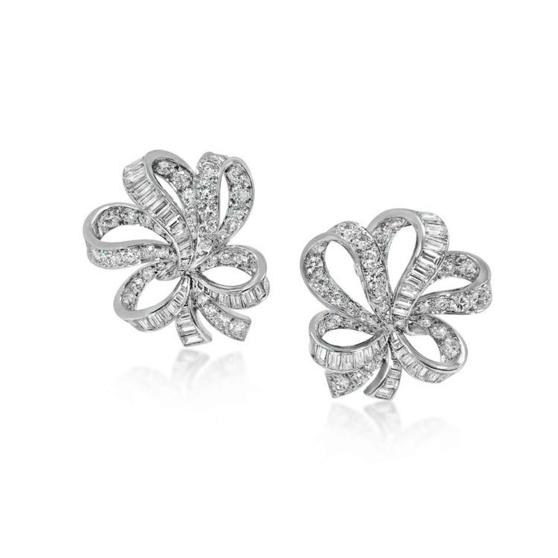 A PAIR OF DIAMOND PLATINUM RIBBON EARCLIPS