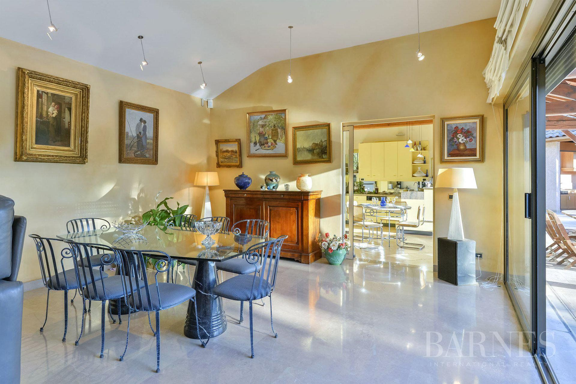 Fontaines-Saint-Martin - House of 337 sqm - Land of 4 173 sqm with swimming pool - 5/6 bedrooms
