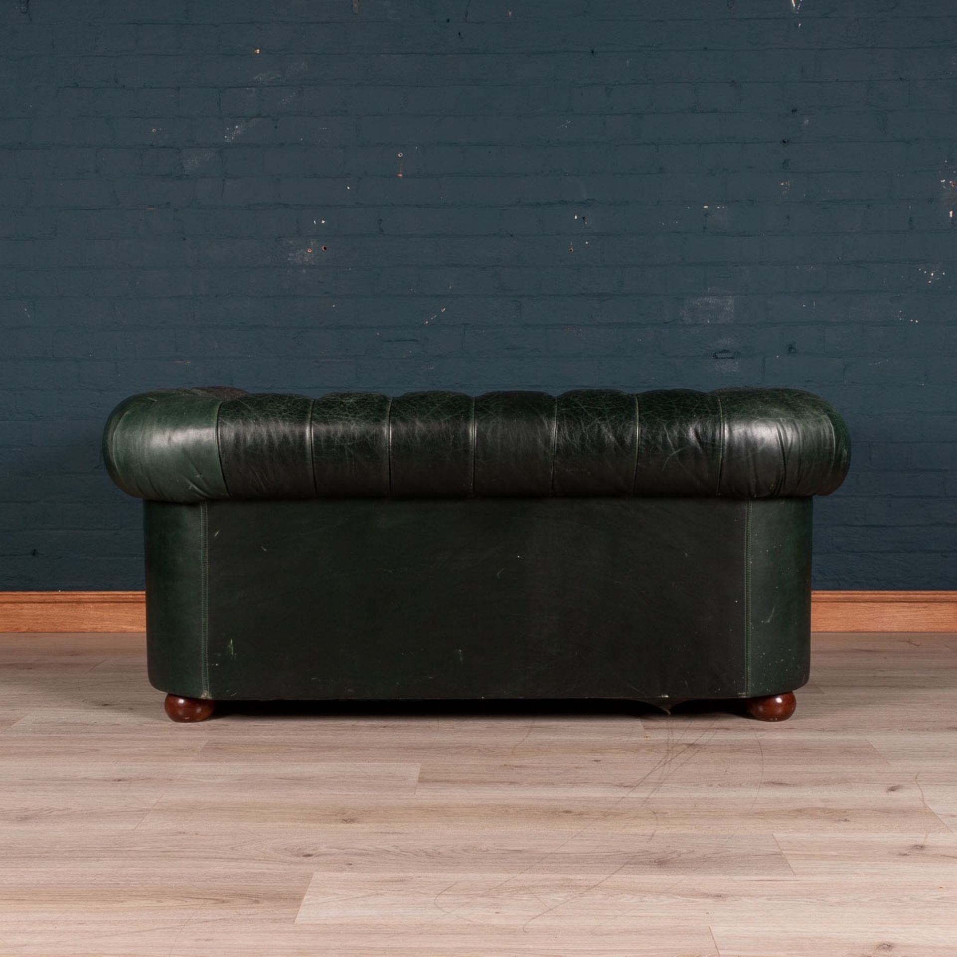 ELEGANT 20thC PAIR OF GREEN TWO SEATER LEATHER CHESTERFIELD SOFAS