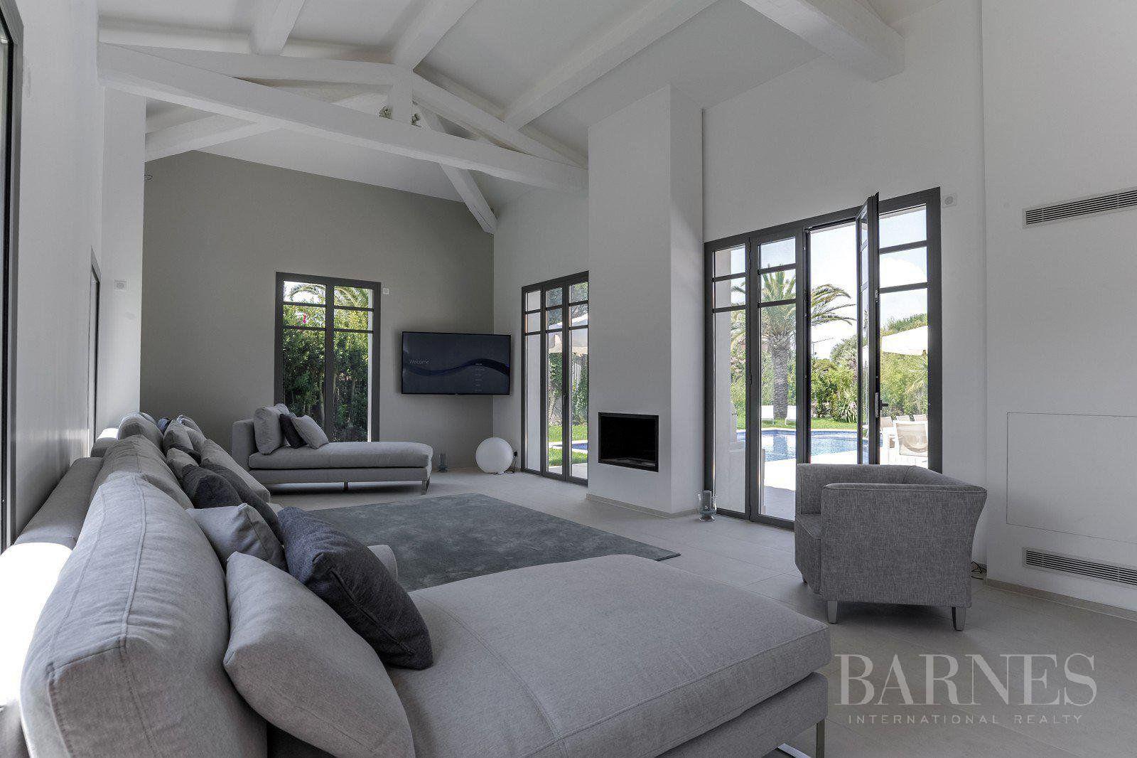SAINT TROPEZ - A 300 m de la plage des Canoubiers, une villa avec piscine rénovée avec goût  91/5000 Essayez avec cette orthographe : SAINT TROPEZ - A 300m de la plage des Canoubiers, une villa avec p