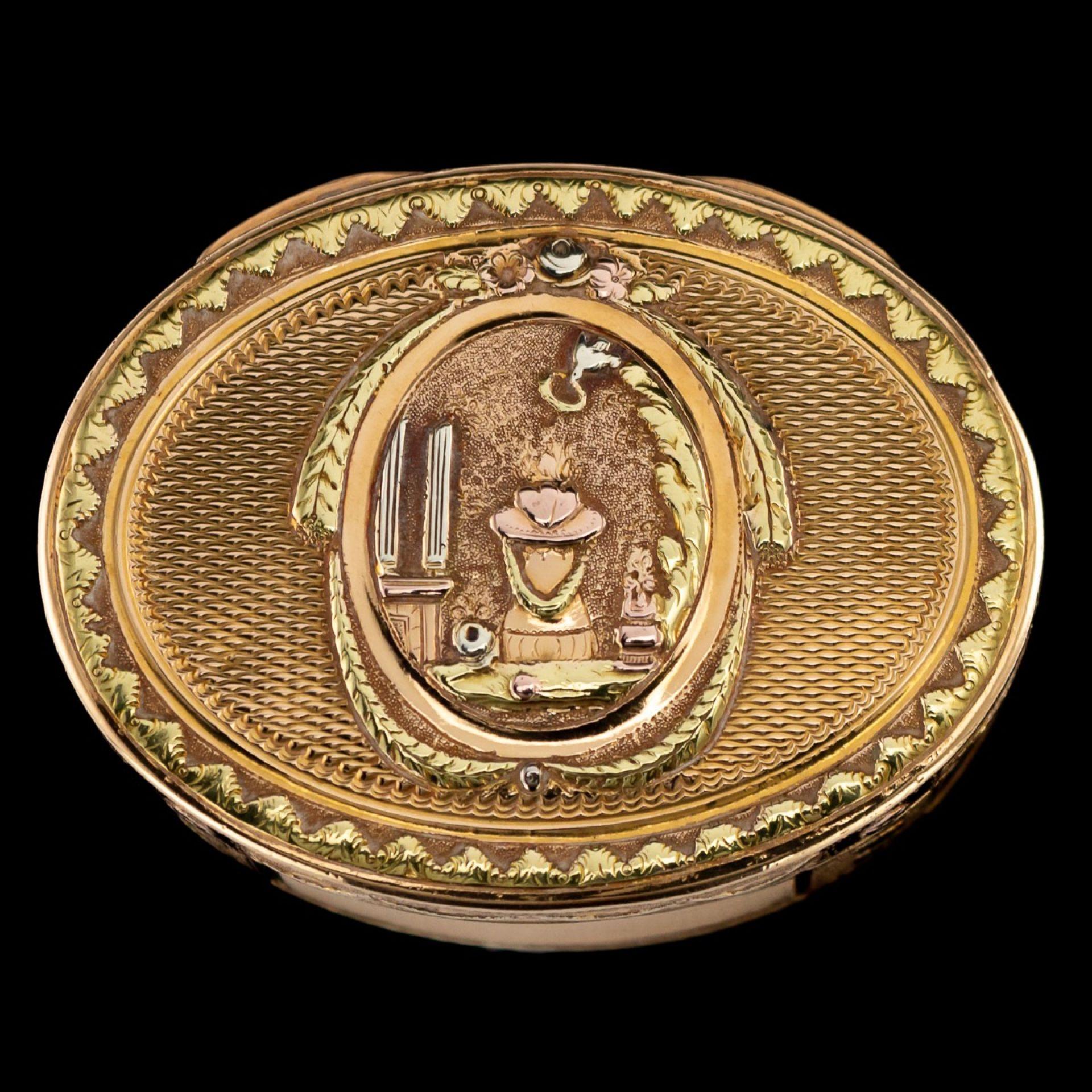 ANTIQUE 18thC FRENCH 18k THREE-COLOUR GOLD SNUFF BOX c.1770