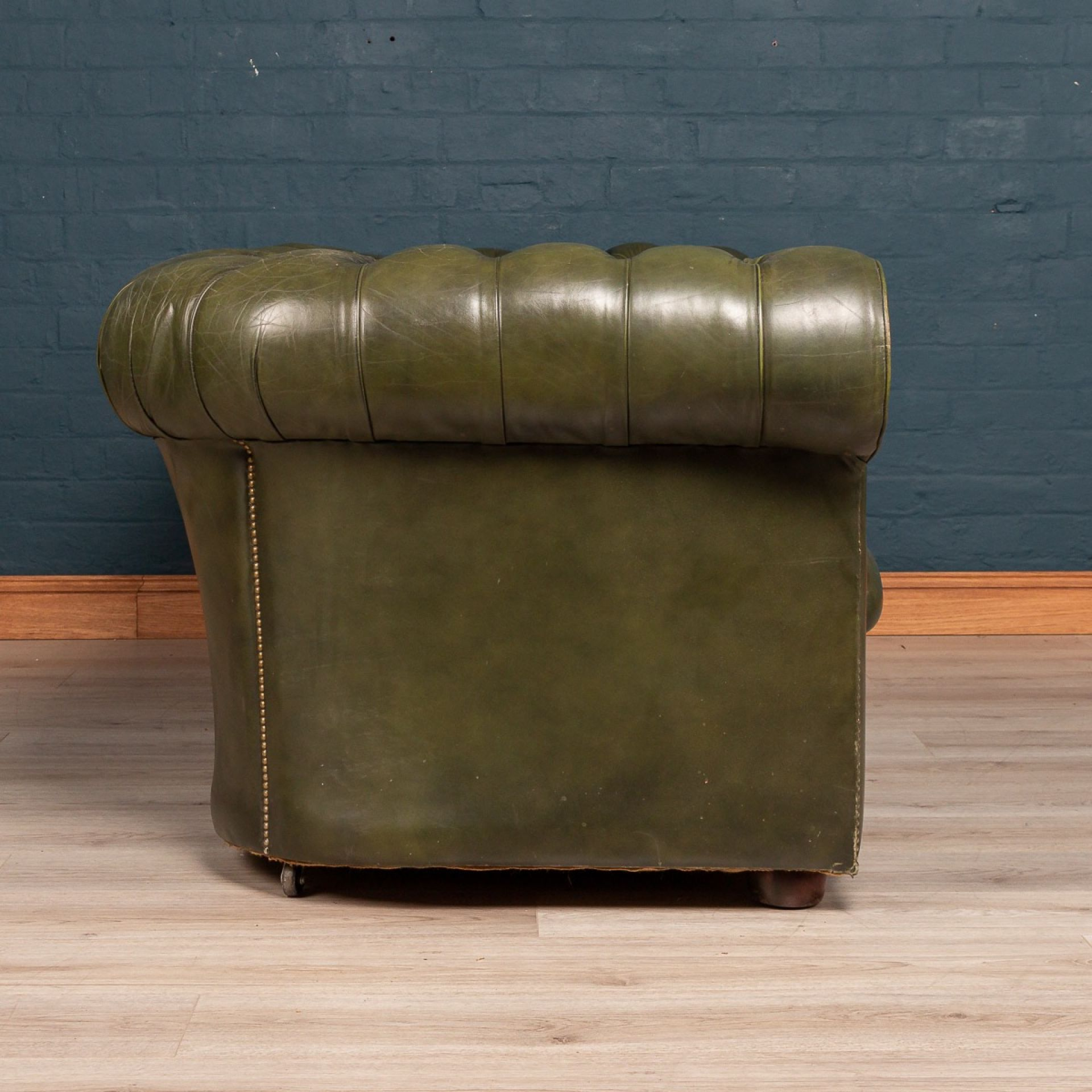 SUPERB MID 20thC GREEN CHESTERFIELD LEATHER SOFA WITH BUTTON DOWN SEAT