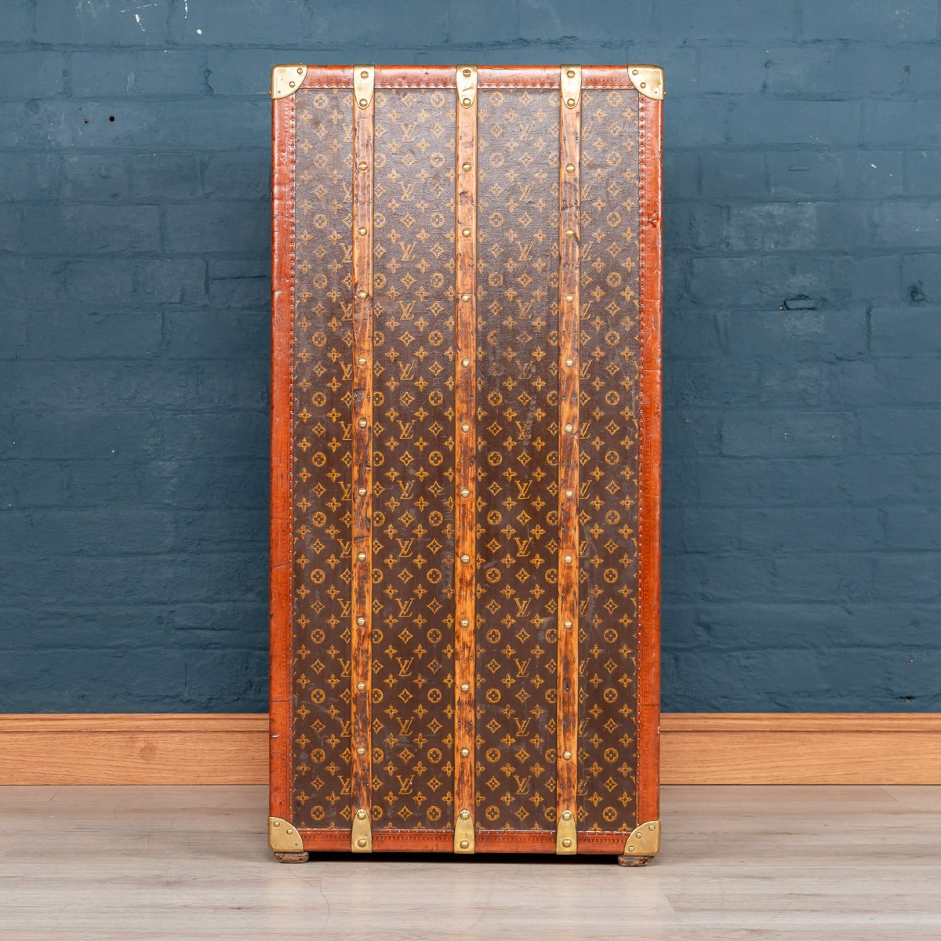ANTIQUE 20THC LOUIS VUITTON COCKTAIL BAR & HUMIDOR CUSTOMISED TRUNK C.1920