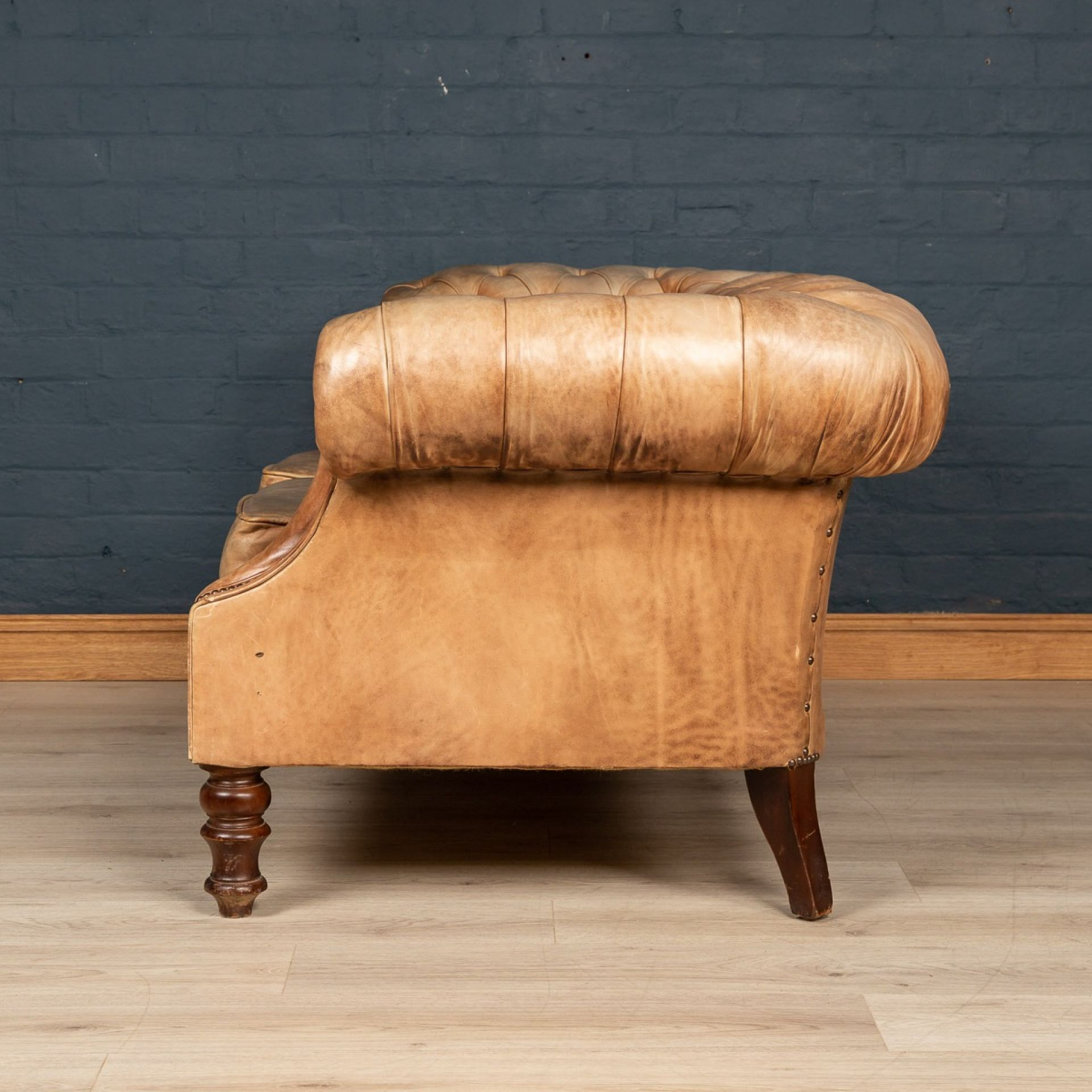 SUPERB LATE 20thC CHESTERFIELD LEATHER SOFA WITH BUTTON DOWN SEAT