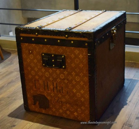 Louis Vuitton Cubic Truck Inscripion Hilton Truck